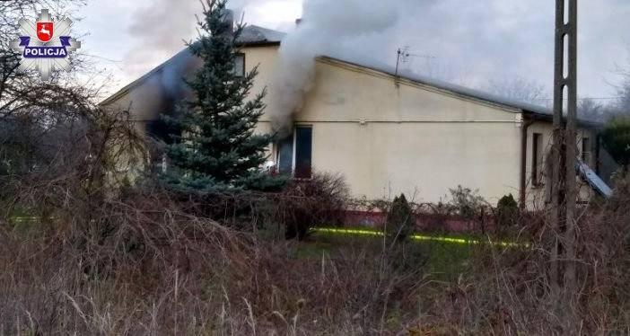 Pożar domu w gm. Cyców. Ogień pojawił się w pokoju 95-letniej kobiety. Domownicy zdążyli się ewakuować