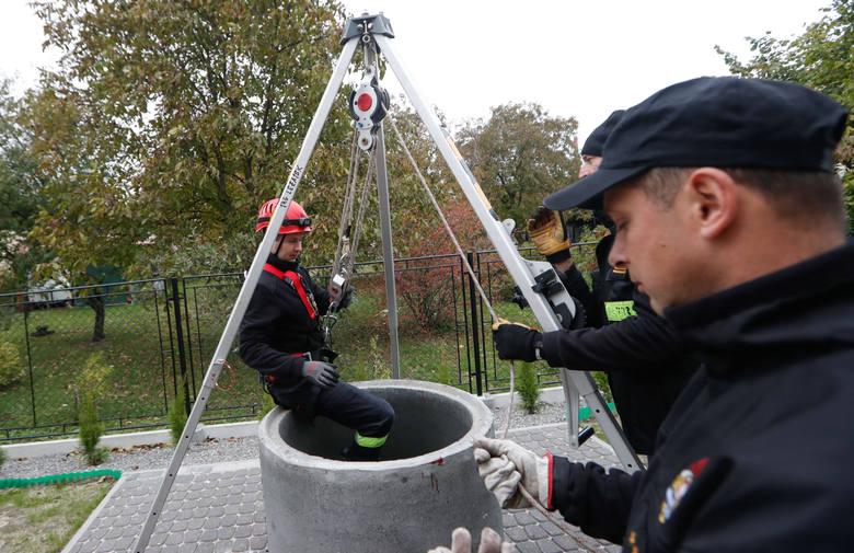 W akcji ratunkowej na ul. Studziennej brało udział 15 strażaków z 5 zastępów (także z grupą  specjalistyczną z Rzeszowa), policjanci i ratownicy.  Wyciąganie dziecka, a później psa trwało ok. 2 godz. Na zdjęciach - studnia do ćwiczeń przy leżajskiej komendzie.