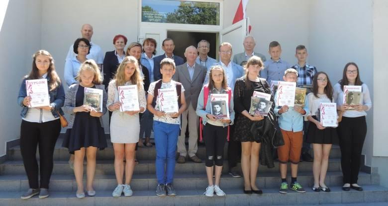 W Izbie Tradycji w Kuśnierzu odbył się międzyszkolny konkurs historyczny [zdjęcia]