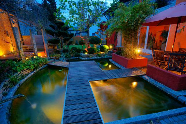 Iluminacje świetlne sprawią, że ogród będzie wyglądał ładnie i tajemniczo.