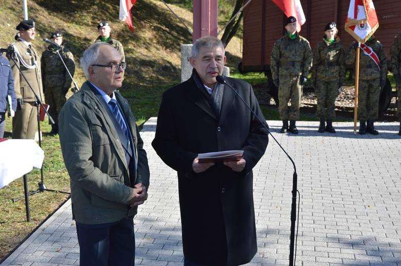 Łężyca. Uroczystości przy pomniku Ofiar Ludobójstwa dokonanego w latach 1939-1947 przez OUN-UPA na Kresach. Z prawej prof. Leszek Jazownik