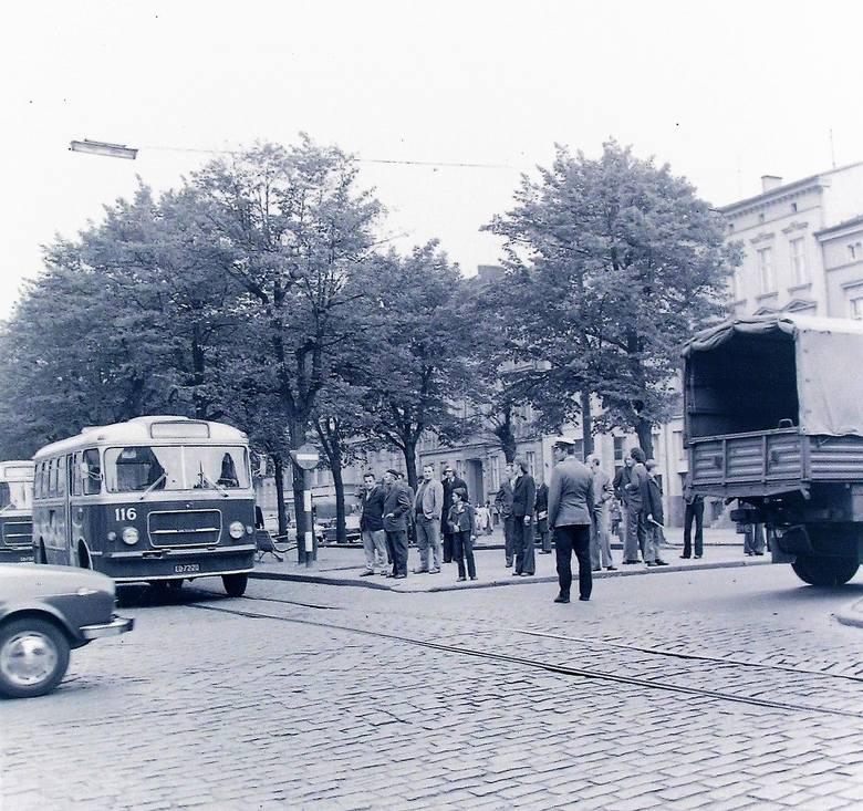 Wrzesień 1974 r., natężenie ruchu na skrzyżowaniu al. Wojska Polskiego i ul.  22 Lipca (obecnie Wileńskiej) wymagało ręcznej regulacji przez milicjanta