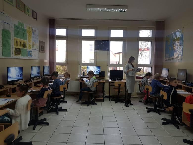 Pracownia informatyczna doposażona w nowoczesny sprzęt komputerowy.