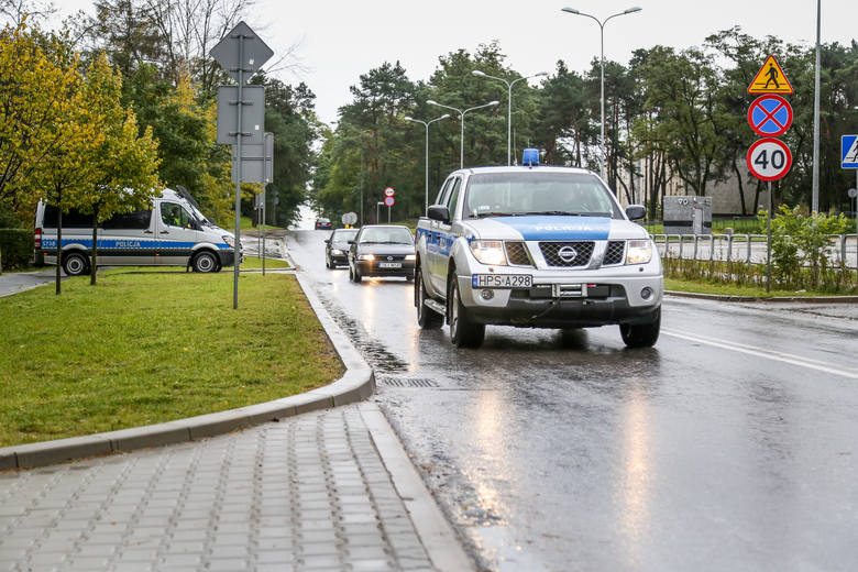 Policjanci ze Skarżyska na sygnałach eskortowali do szpitala rodzącą kobietę
