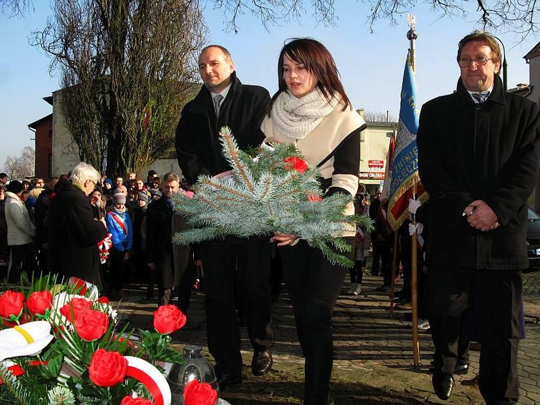 Składanie kwiatów pod pomnikiem AK i Polskiego Państwa Podziemnego w Żninie.