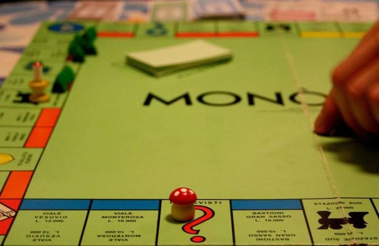 <strong>Gra planszowa</strong><br /> Gry planszowe to nie tylko doskonały prezent dla dzieciaków. Wy również możecie się przy nich świetnie bawić. Chińczyk, twister,  Monopoly, rummikub, a może romantyczna gra z wyzwaniami? Oferta jest naprawdę bogata.<br />