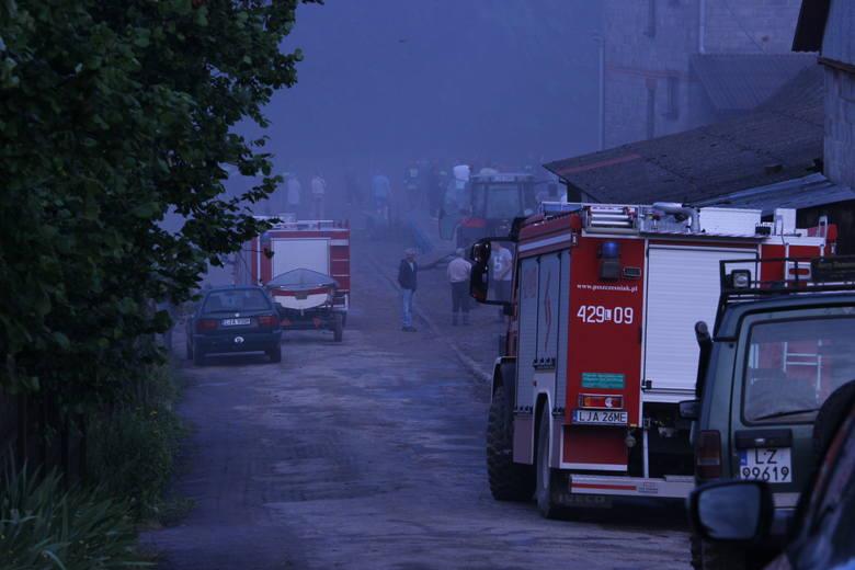 Zalane Wierzchowiska w powiecie janowskim. Woda opada, akcja strażaków trwa. Zobacz zdjęcia!