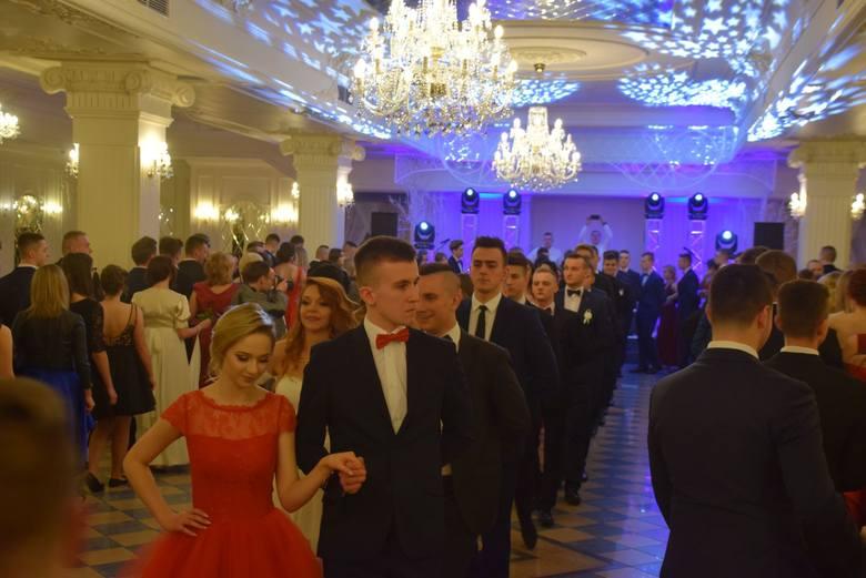 W poniedziałek w Dworze Czarneckiego bawili się tegoroczni maturzyści z XIV LO w Białymstoku. Bal tradycyjnie rozpoczął się od pięknego poloneza.Wszystkie