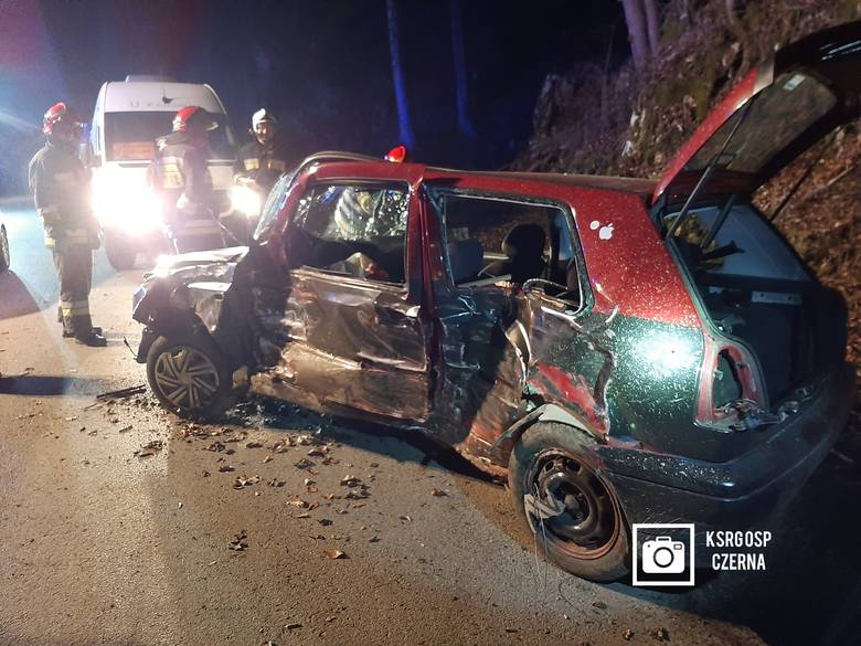 W Czernej w gminie Krzeszowice na drodze przez dolinę Eliasza osobowy volkswagen bokiem uderzył w skałę. Wypadek miał miejsce w połowie marca.