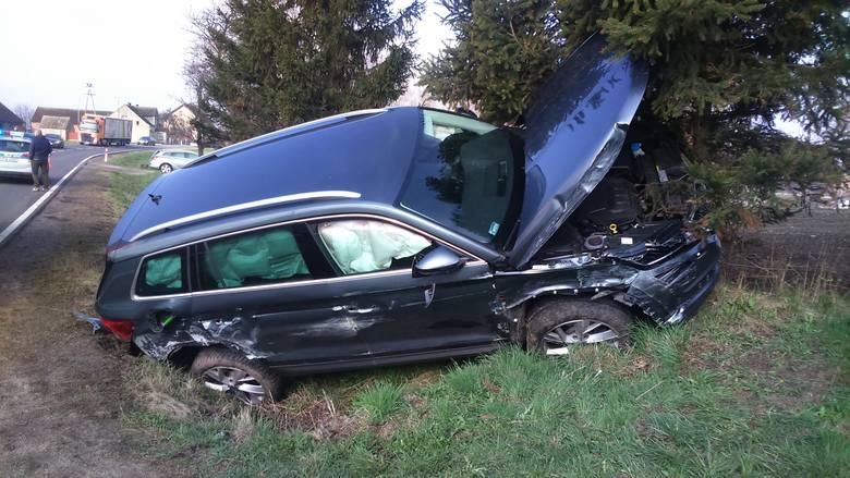 Do wypadku na drodze krajowej nr 20 w miejscowości Jelenino doszło we wtorek rano. Brały w nim udział dwa auta - skoda i isuzu. Kierowcy próbując uniknąć