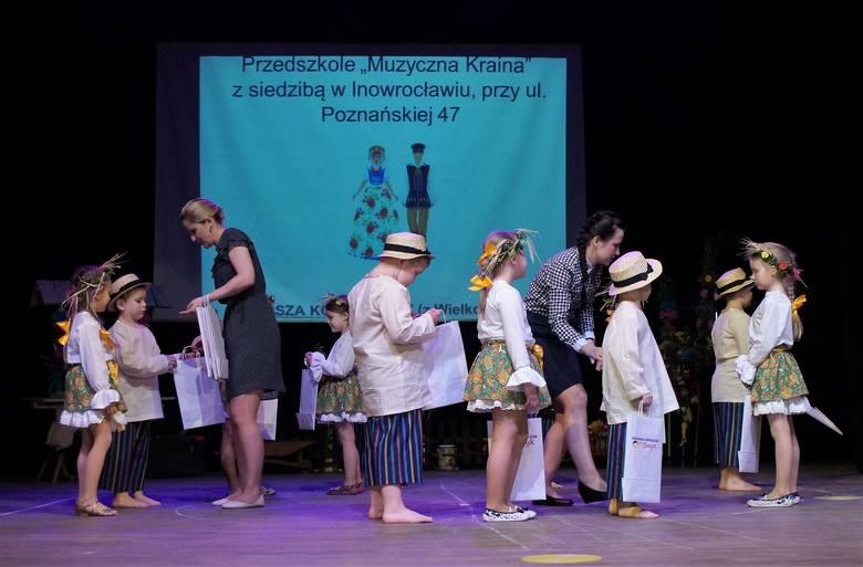 """Przedszkole Niepubliczne """"Smyk"""" w Inowrocławiu było organizatorem I Przedszkolnego Przeglądu Tańca Ludowego, który odbył się na deskach"""