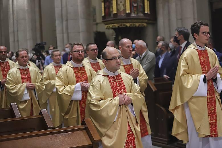 Prawie stu biskupów z całej Polski zrobiło sobie zdjęcie przed łódzką katedrą z okazji 387. zebrania plenarnego Konferencji Episkopatu Polski. Żaden