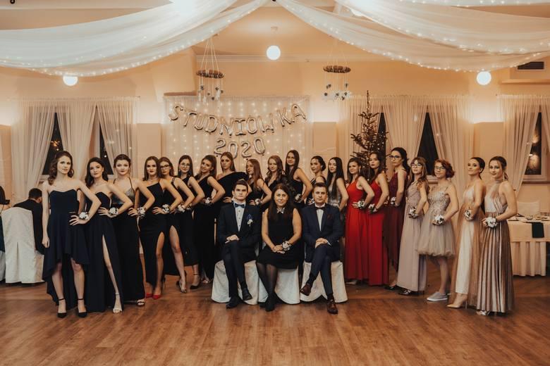 Uczniowie I Liceum Ogólnokształcącego w Oleśnie bawili się na balu maturalnym 18 stycznia w oleskiej restauracji U Wąsińskich.