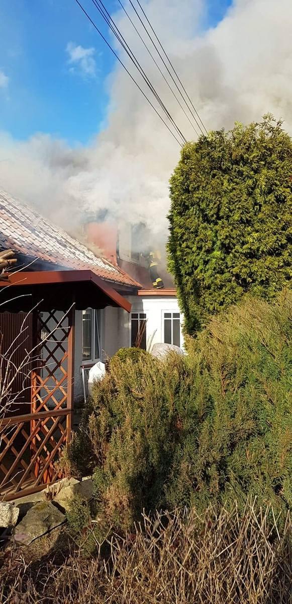 Pożar domu jednorodzinnego w gminie Nowa Słupia. Strażacy przez 3 godziny walczyli z ogniem (ZDJĘCIA)