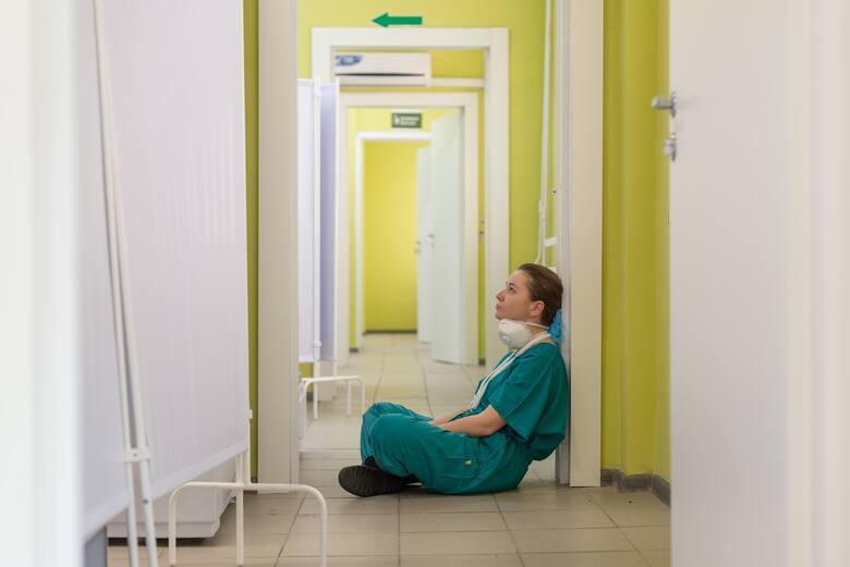 Sprawdziliśmy, ile zarabiają pielęgniarki z różnym stażem pracy. Poprosiliśmy o podanie kwot wynagrodzeń wraz z dodatkami Ogólnopolski Związek Zawodowy