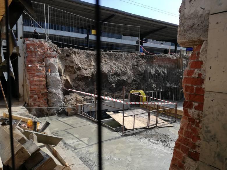 Trwają prace na terenie poznańskiego dworca kolejowego. Robotnicy remontują m.in. peron 6, który znajduje się najbliżej Dworca Zachodniego. Zobaczcie