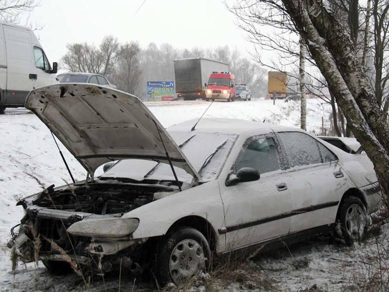 Olszanka: Wypadek na ósemce. 22-latek nieprzytomny trafił do szpitala (zdjęcia)