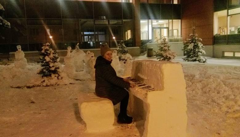 - Przechodząc obok szkoły zauważyłam niecodzienną śnieżną figurę - zadzwoniła do nas Elżbieta Kępska. - Przed Zespołem Szkół Muzycznych im. Ignacego