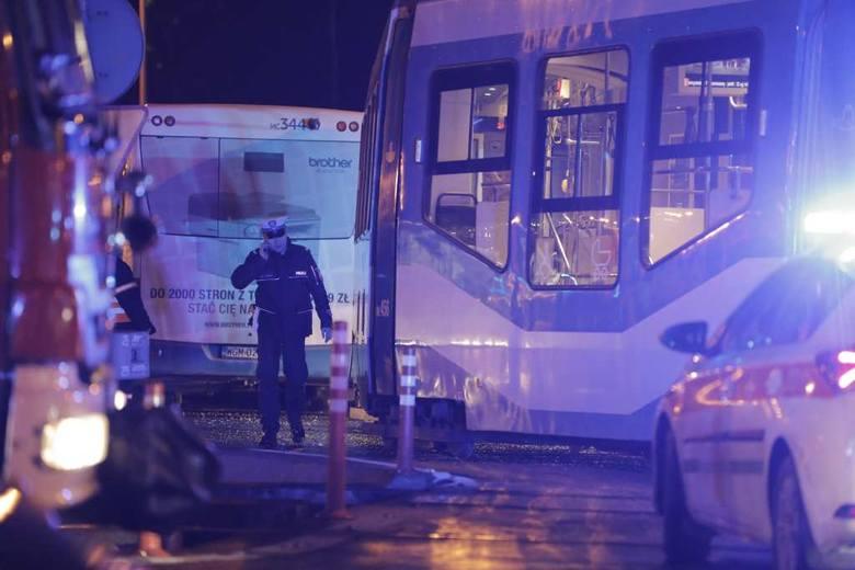 Kraków. Zderzenie tramwaju z autobusem na al. Jana Pawła II. Są ranni [ZDJĘCIA]
