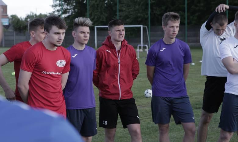 Piłkarze Spartakusa Daleszyce pod wodzą trenera Krzysztofa Treli wznowili treningi. W pierwszych zajęciach wzięło udział 24 zawodników. w tym czterech