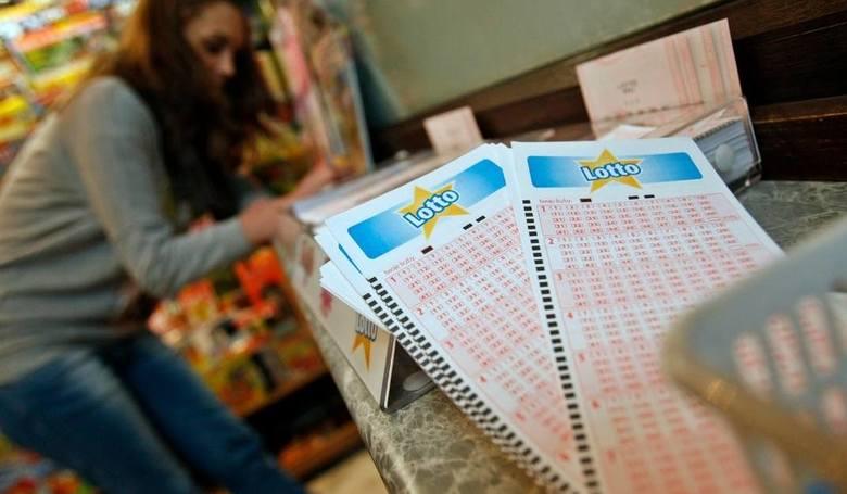 """Szczęśliwy los zarejestrowano w kolekturze Lotto przy ulicy Leśnej 3""""b"""" w Toruniu. Liczby warte milion złotych to 7,18, 30, 39, 45,"""