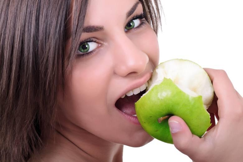 Jaka dieta wspomaga stan zębów i jamy ustnej? Na pewno naturalna i taka, w której nie ma dużo cukru. Istnieją jednak produkty, które mogą szczególnie