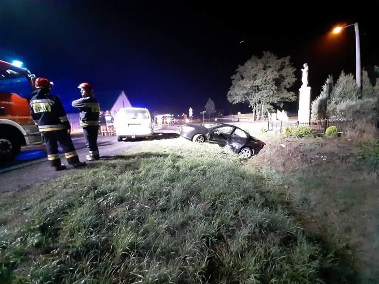 W niedzielę, 8 września przed godz. 4 w nocy w miejscowości Szczury na drodze krajowej nr 11 w powiecie ostrowskim doszło do zderzenia dwóch samochodów