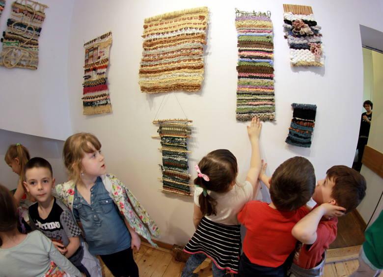 Od 2011 roku Paulina zajmuje się tkactwem. Dotykiem dobiera nici, a o kolory pyta i zapamiętuje ich położenie