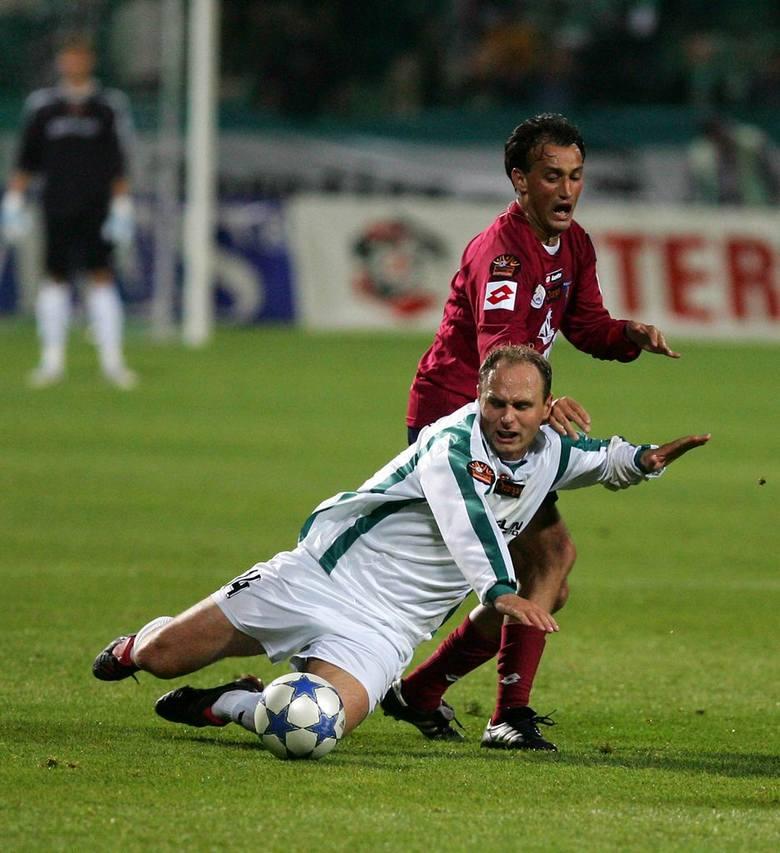 Claudio Milar (ciemna koszulka) nie zawsze wygrywał pojedynki z czeskim obrońcą Groclinu Radimem Sablikiem.