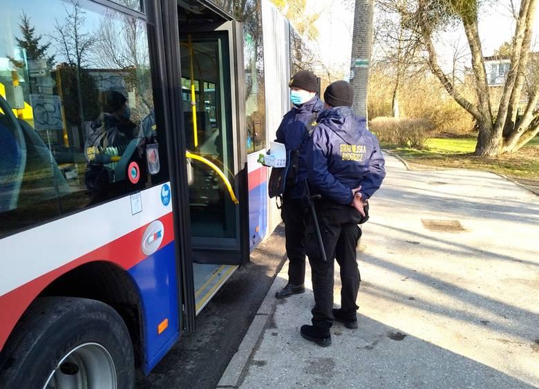 Strażników spotkać można nie tylko w pojazdach komunikacji miejskiej. W pierwszej dekadzie kwietnia br. strażnicy miejscy swoje działania skupili także