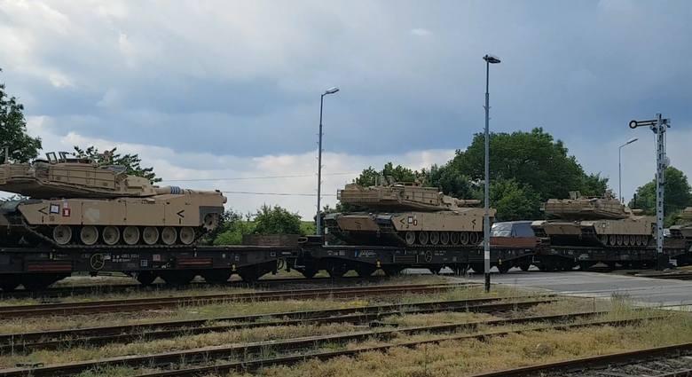 Transport potężnych amerykańskich czołgów Abramas zdążających na poligon drawski uwiecznił nasz Czytelnik. Przejazd pociągu z czołgami przez Jankowo