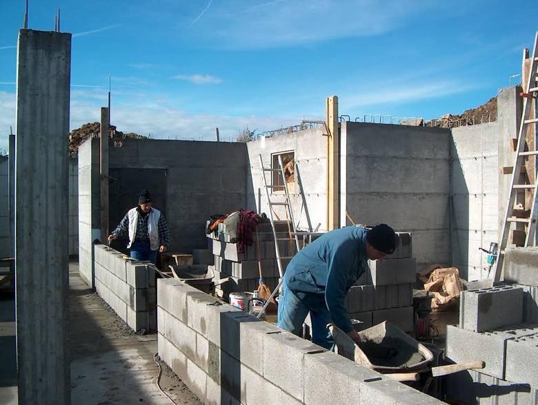 Na koszt budowy domu składają się m.in. rosnące koszty usług budowlanych. W porównaniu do ubiegłego roku, ceny usług murarskich były o 11 proc. wyższe,