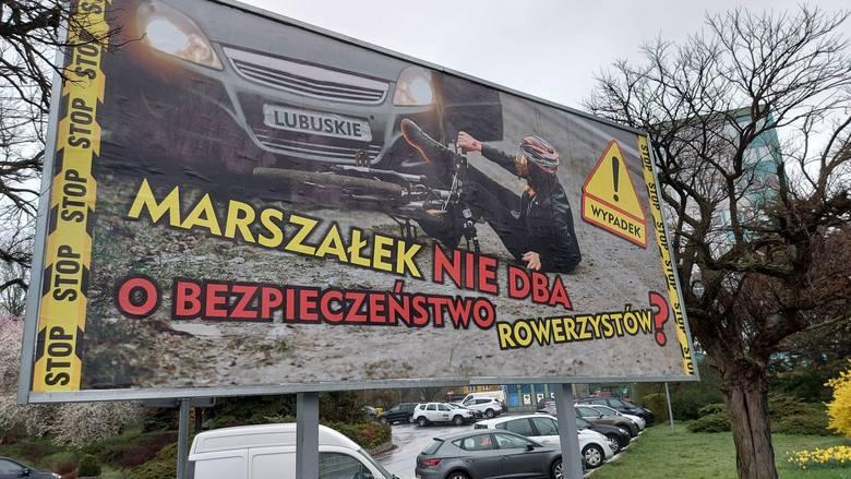 Billboard ustawiony przed urzędem miasta w Zielonej Górze