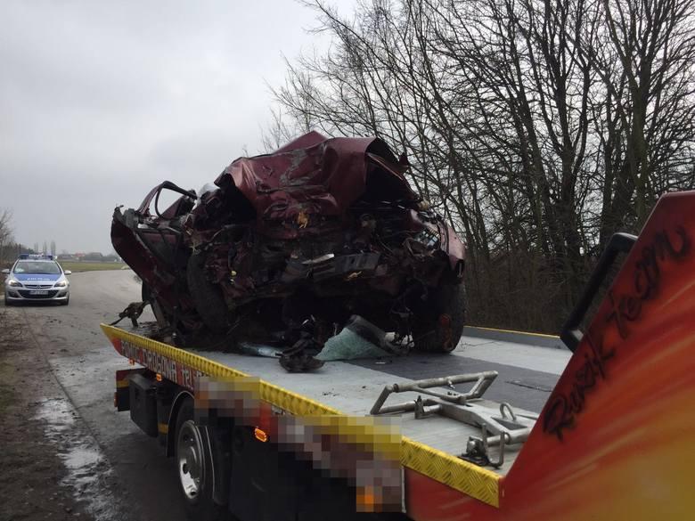 Do wypadku doszło około godz. 11.30 na drodze wojewódzkiej nr 410. - Według wstępnych ustaleń policjantów pracujących na miejscu wypadku, kierowca daewoo