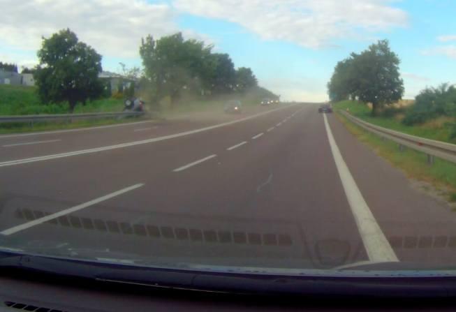 Wypadek w Żurawicy. Dachowanie hondy nagrał wideorejestrator [WIDEO INTERNAUTY]