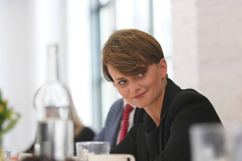 Niezmiennie na pierwszym miejscu pozostaje Jadwiga Emilewicz, wiceprezes Porozumienia Jarosława Gowina i szefowa resortu przedsiębiorczości i technologii.