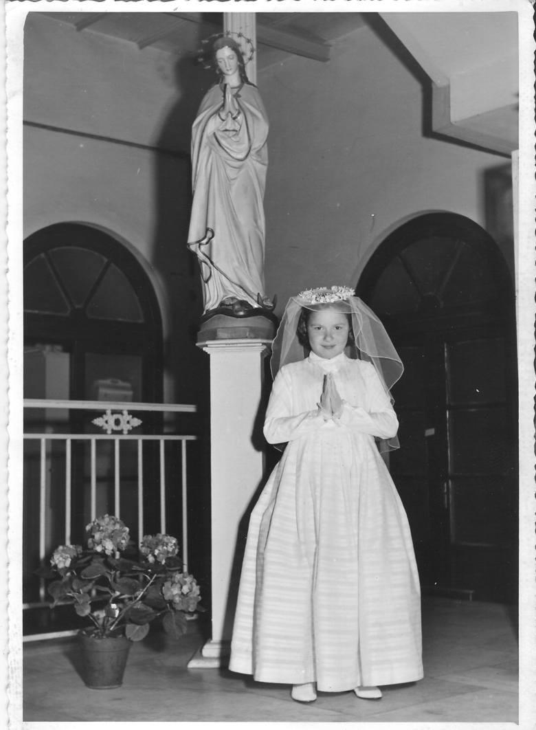 <strong>1950 rok</strong><br /> <br /> W latach 50. ubranka komunijne często były szyte ze strojów ślubnych rodziców - stąd tak duże podobieństwo do sukni panny młodej.