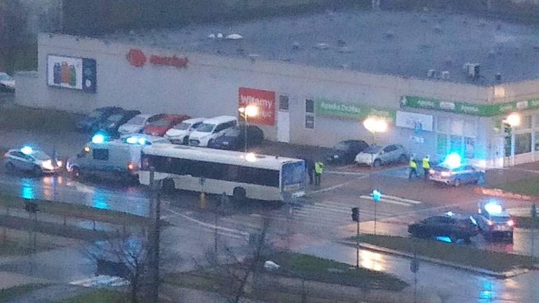 Tragicznie rozpoczął się wtorek w Toruniu. Na ulicy Ślaskiego autobus MZK śmiertelnie potrącił pieszą.Do zdarzenia doszło po godzinie 5 podczas porannego