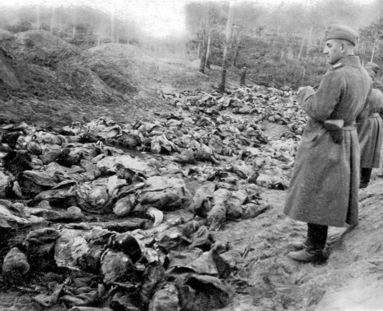 Odkrycie masowych mogił polskich oficerów pomordowanych w Katyniu przez Sowietów. Rok 1941. Fotografia wykonana przez Niemców
