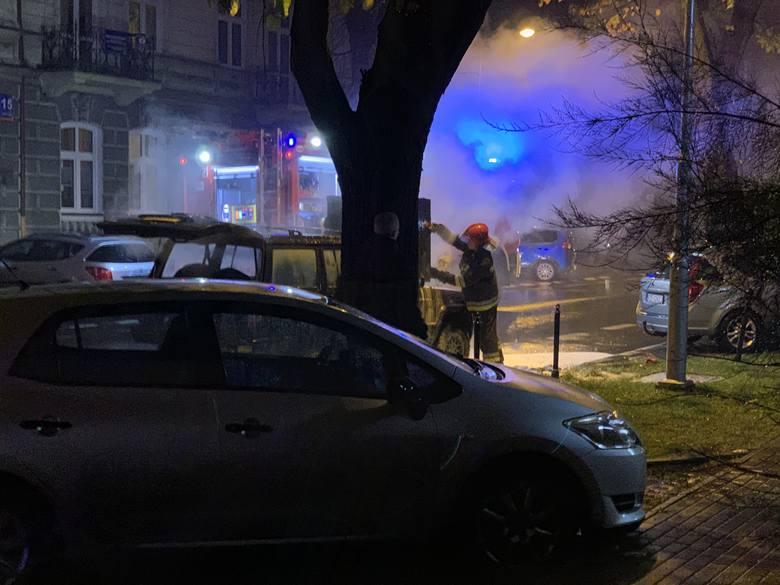 Na ul. ks. Jałowego w Rzeszowie ok. godz. 19.30 zapalił się samochód. - Jeep cherokee najprawdopodobniej wskutek samozapłonu stanął w ogniu. Kierowca
