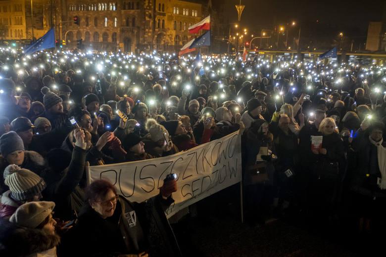 Mieszkańcy Poznania podczas Łańcuchów Światła niejednokrotnie okazywali wsparcie sędziom w walce o ich niezależność i sądy