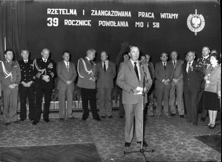 Wojciech Jaruzelski i Stanisław Bejger z obstawą przed pomnikiem Poległych Stoczniowców w Gdańsku (1983)
