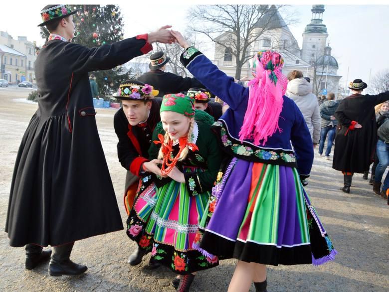 Ponad sto par zatańczyło poloneza w piątek (11 stycznia) na Starym Rynku w Łowiczu