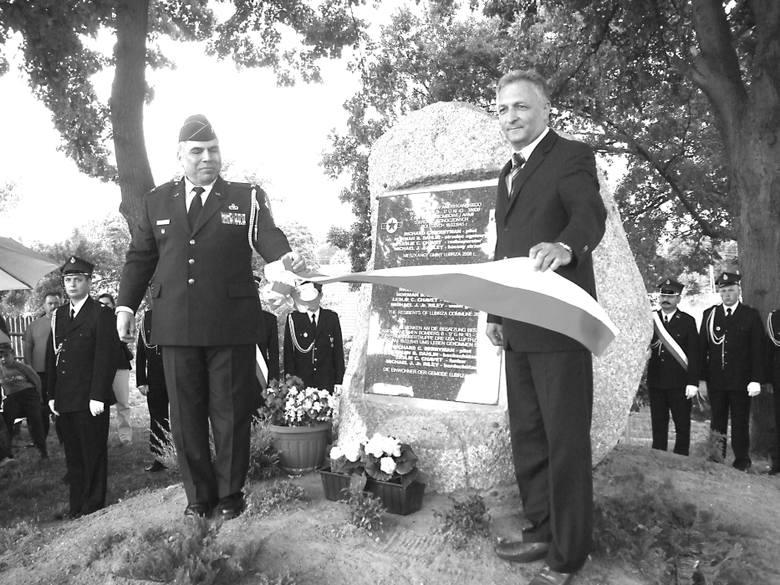Odsłonięcia tablicy dokonał płk W. Munier i wójt Lubrzy Eugeniusz Chamarczuk
