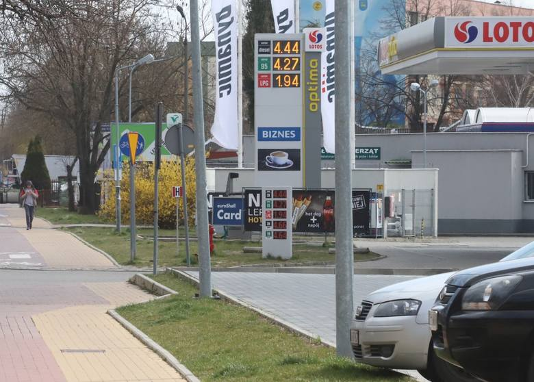 W związku z ograniczeniami w przemieszczaniu stacje paliw świecą pustkami. Na zdjęciu stacja benzynowa Lotosu w Kozienicach.