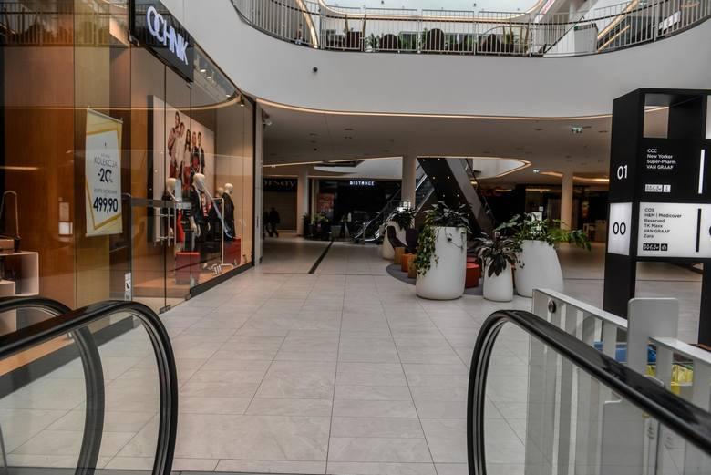 Sklepy stacjonarne z odzieżą czy obuwiem, zwłaszcza te zlokalizowane w galeriach handlowych, mają zastój. Ich właściciele wysłali pracowników do domu,
