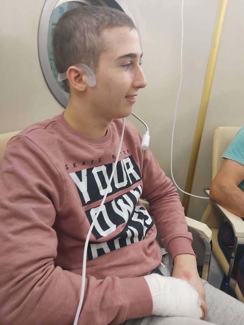 """W DPS """"Dworek"""" Dominik dwa razy dziennie korzysta z zabiegów w komorze hiperbarycznej. Jest spokojniejszy, nie musi nakładać rękawic"""
