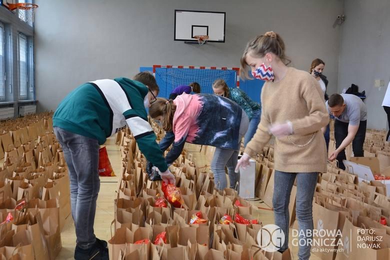 Kilkaset paczek przygotowanych zostało dla seniorów w całym Zagłębiu, w tym także w Dąbrowie Górniczej Zobacz kolejne zdjęcia/plansze. Przesuwaj zdjęcia