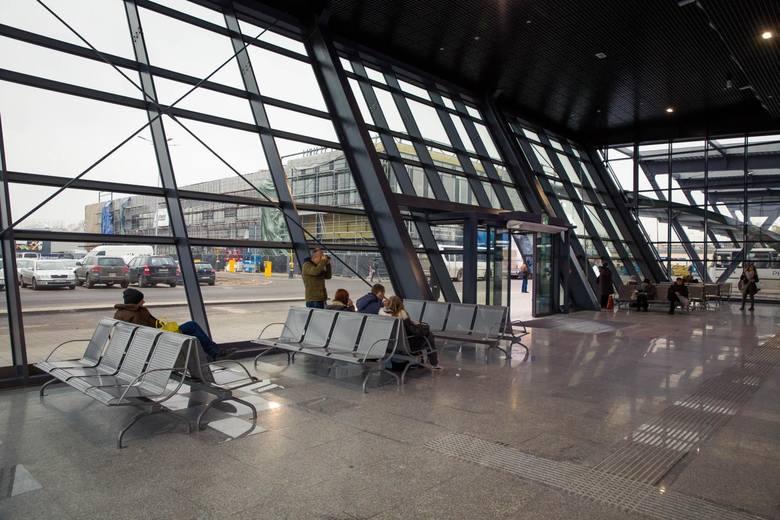 Pasażerowie bardzo krytykowali fakt, że po godzinie 21 nie mogli korzystać z poczekalni na dworcu PKS.