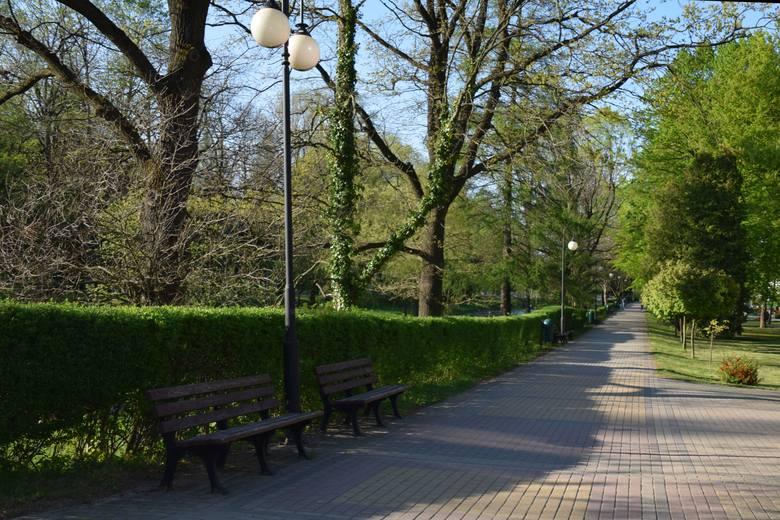 Rymanów-Zdrój w majowy weekend. Mimo pięknej pogody uzdrowiskowe alejki były puste.
